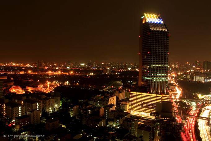 กรุงเทพ มุมกว้าง สูง ตอนกลางคืน มีรูปตึกไซเบอร์เวิลด์ อยู่ด้านซ้าย